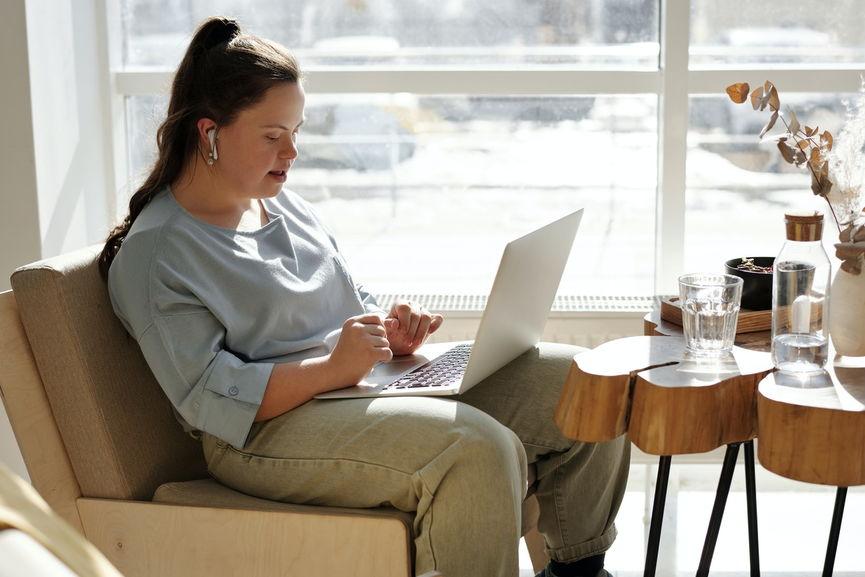 girl running her online store
